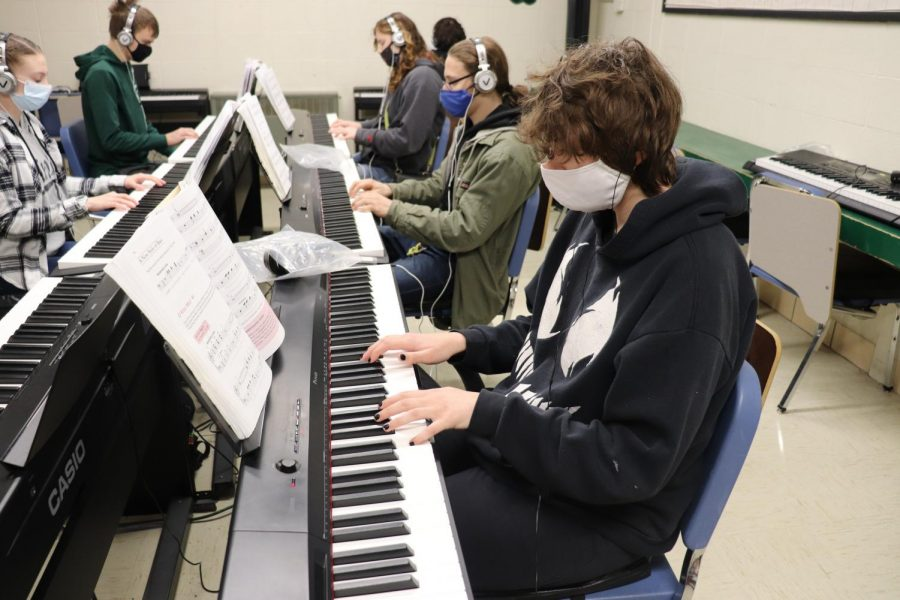 Above%3A+Sophomores+Rian+Dotson%2C+John+Cawood%2C+Jenny+Jones%2C+Reece+Brazel+and+junior+Natalie+Johnson+mask+up+to+practice+playing+piano+together.+